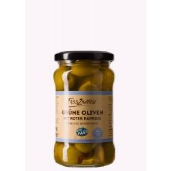 Grüne Oliven mit roter Paprika