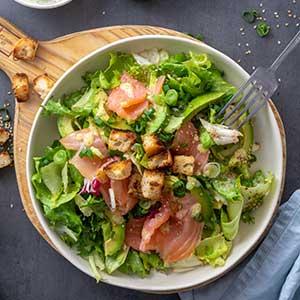 Blattsalat mit Räucherlachs und Avocado