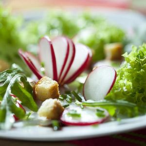 Blattsalat mit Brotwürfeln