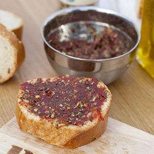 Bruschetta mit Tomaten, Oliven und Champignons