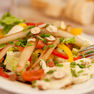 Bunter Salat mit geröstetem, aromatisiertem Spargel