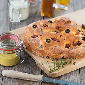 Focaccia mit Oliven und getrockneten Tomaten