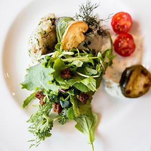 Forellentatar mit Wildkräutersalat und Schnittlauch-Schmand