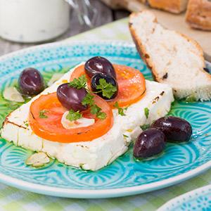 Gegrillter Feta mit Tomaten und Oliven