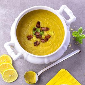 Kartoffel-Zitronen-Suppe mit Feldsalat-Pesto und Speck