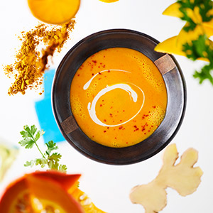 Kürbissuppe mit Mango-Chutney und Kokosmilch